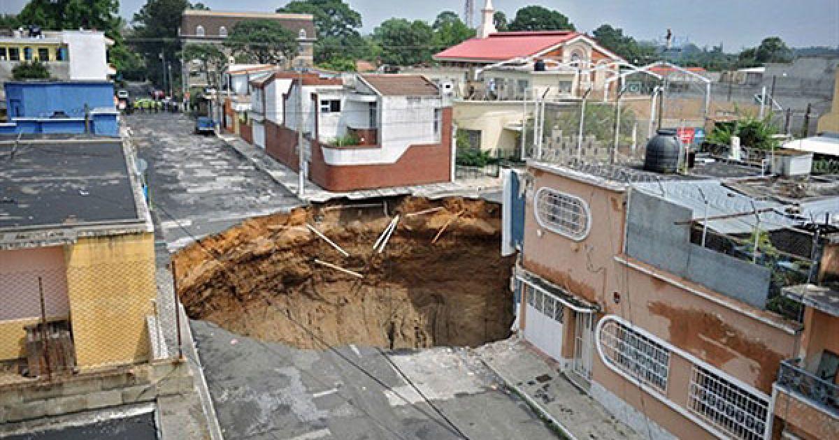 У гватемальському міста Есквінтла через зсув посеред вулиці утворився гігантський кратер @ AFP
