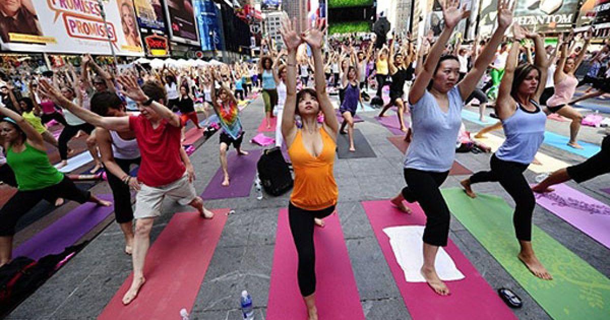 США, Нью-Йорк. Масове заняття з йоги провели на Таймс-сквер у Нью-Йорку. Це була одноденна подія, в якій взяли участь сотні прихильників йоги, організована організована з нагоди літнього сонцестояння. @ AFP