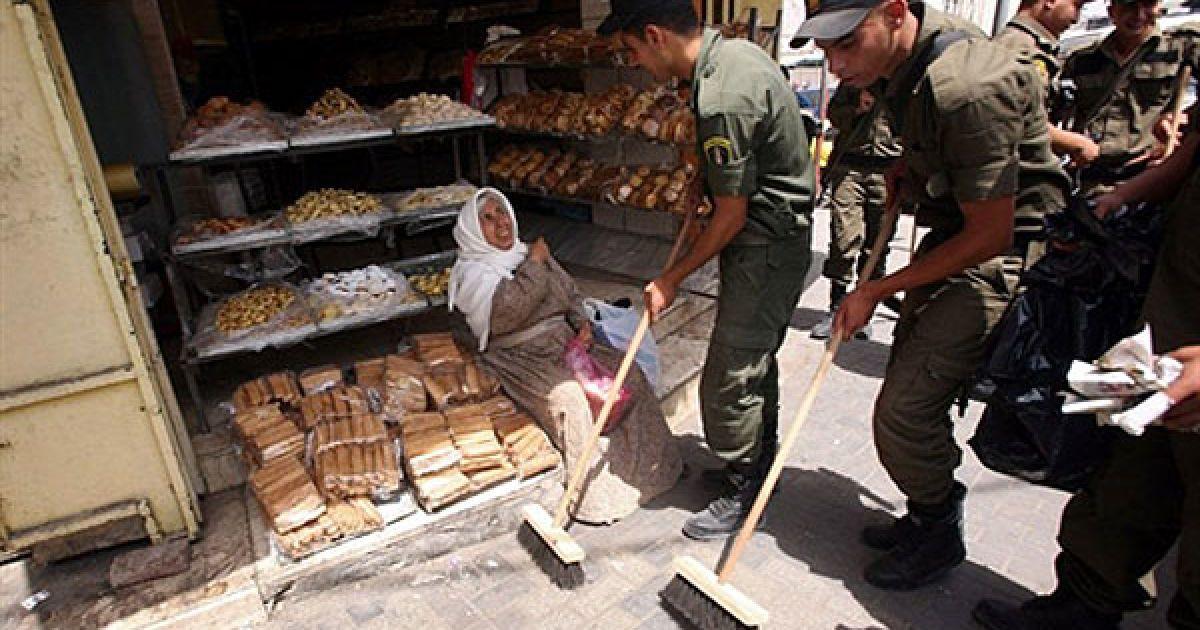 Дженін. Члени палестинських сил безпеки замітають вулиці у північній частині міста Дженін, Західний беріг, щоб допомогти підтримувати місто у чистоті. @ AFP
