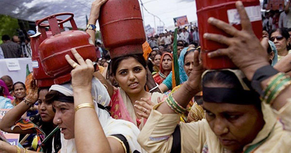 """Індія, Нью-Делі. Прихильники опозиції провели акцію протесту. Вони вийшли на демонстрацію, тримаючи над головами газові балони для приготування їжі. Опозиція влаштувала у столиці сидячий страйк на знак протесту проти """"чорного дня"""", коли буде підвищено ціни на товари першої необхідності. @ AFP"""