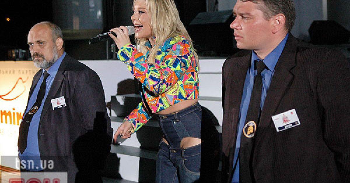 Тіна Кароль, яка трохи не випадала зі свого костюму, співала на сцені у супроводі охорони. @ Євген Бурляй/ТСН.ua