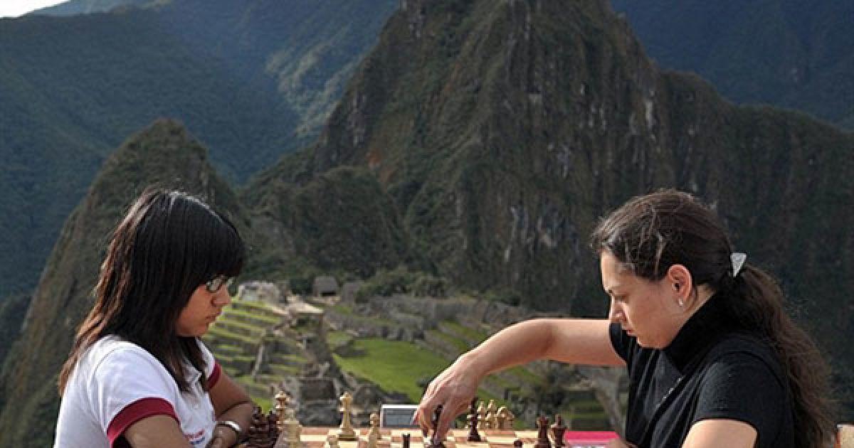 Перу, Мачу-Пікчу. Чемпіонат світу з шахів серед жінок провели у незвичному місці: поруч із історичним пам'ятником інків Мачу-Пікчу. Російський гросмейстер Олександра Костенюк (праворуч) зустрілась із перуанкою, чемпіонкою Олімпійських ігор з шахів серед юніорів, Дейсі Копі. Зустріч, яка відбулась на висоті 1215 км над рівнем моря, закінчилась перемогою Костенюк. @ AFP