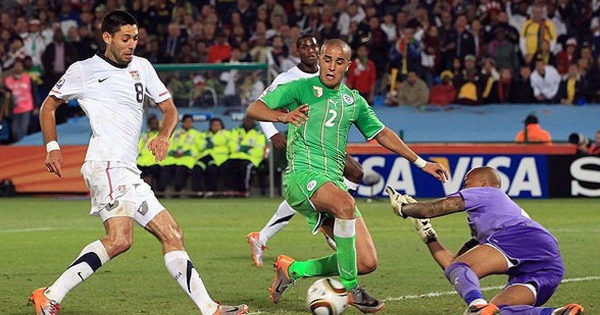 Демпсі атакує ворота Алжиру, Бугерра стоїть на захисті @ Getty Images/Fotobank