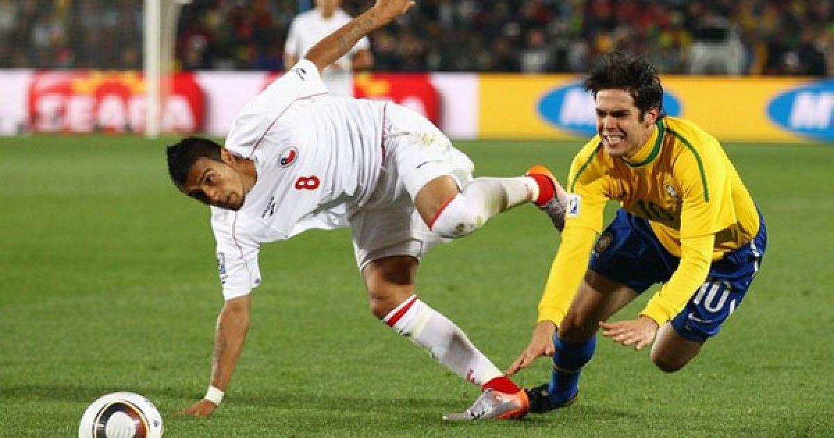 Кака і Відаль намагаються наздогнати м'яч @ Getty Images/Fotobank