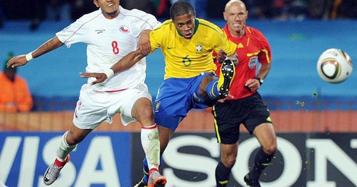 Мішель Бастос б'є по м'ячу, а Артуро Відаль намагається його зупинити @ Getty Images/Fotobank