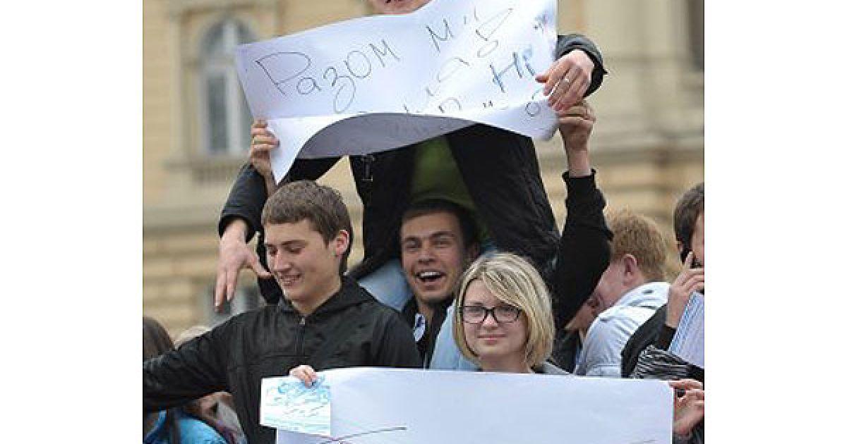 """Учасники мітингу тримають плакати """"Геть Табачника!"""" і партійні знамена """"Нашої України"""", """"За Україну!"""", Народного Руху та УНП. @ УНІАН"""