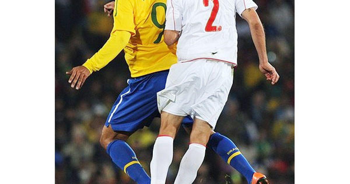 Луїс Фабіано та Ісмаель Фуентес злітають у повітря за м'ячем @ Getty Images/Fotobank