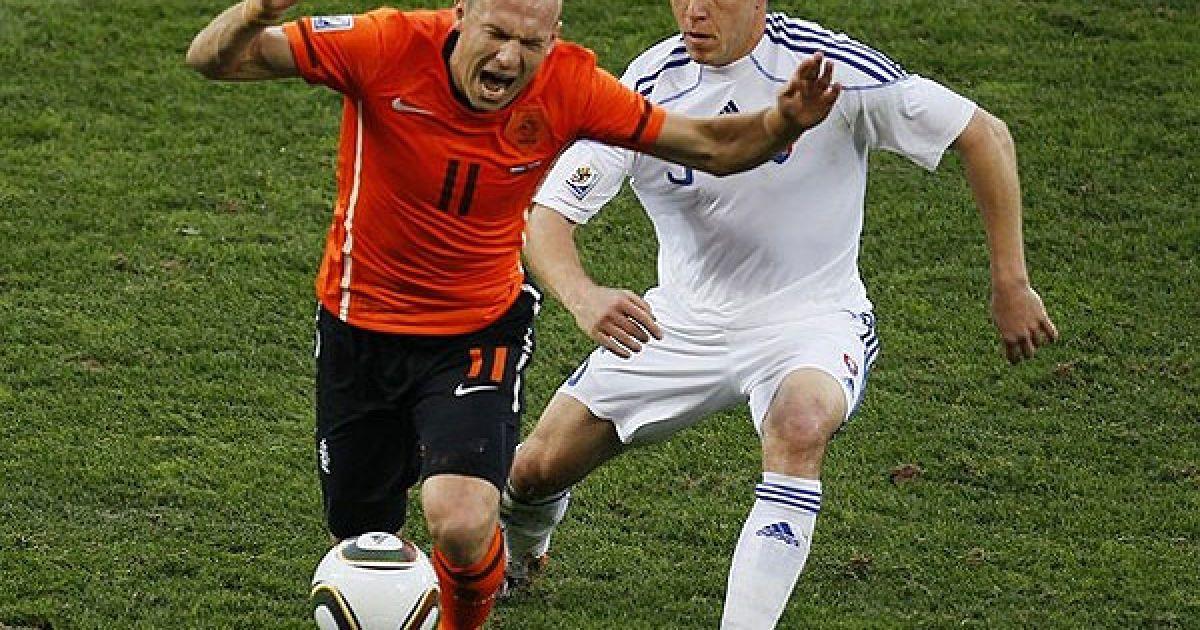 Роббен і Забавнік ведуть боротьбу за м'яч @ AFP