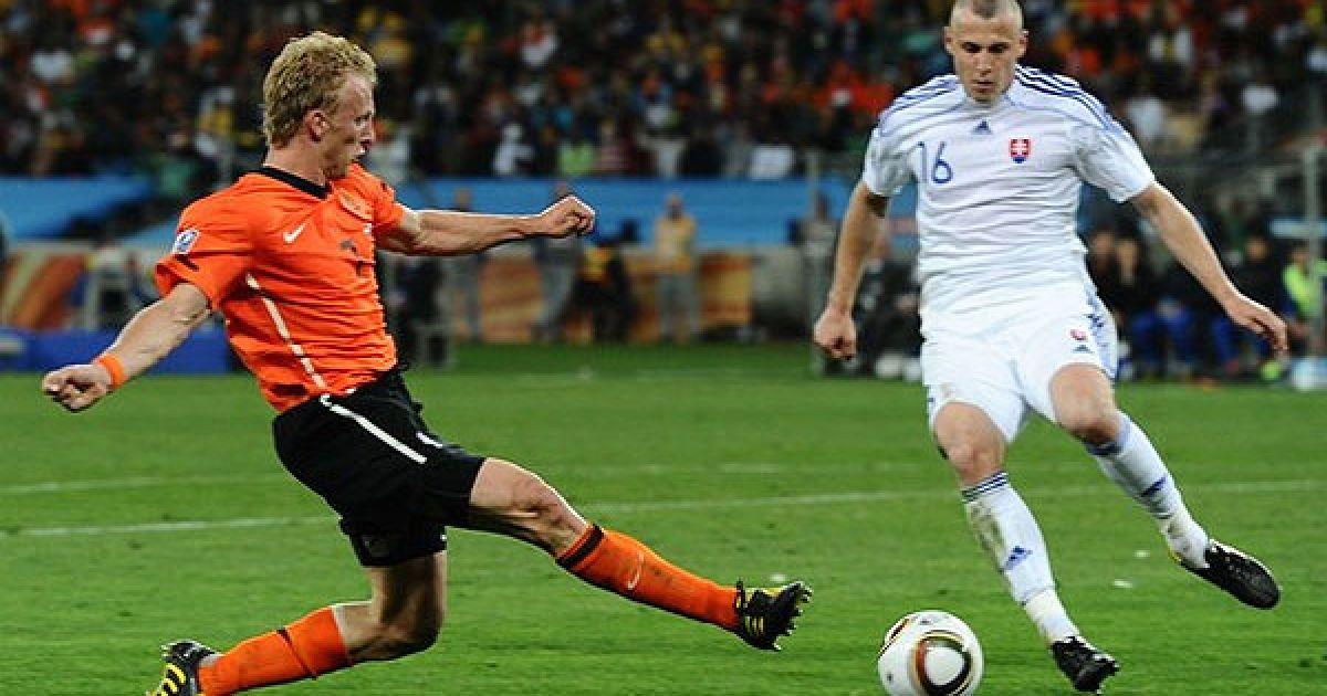 Дірк Куйт б'є по м'ячу, Ян Дуріца намагається його зупинити @ AFP