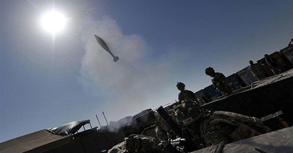 """Афганістан, Нар-е-Сарай. Солдати 1-го батальйону Королівських гвинтівок Гуркха стріляють з мінометів на патрульній базі у селі Нар-е-Сарай у провінції Гільменд. НАТО зазнало невдачі у Афганістані. Коли виявилось, що американський генерал Стенлі Маккрістал """"знущається"""" над Білим домом, британські військові взяли тривалу відпустку, а кількість поранених у війні проти талібів зросла. @ AFP"""
