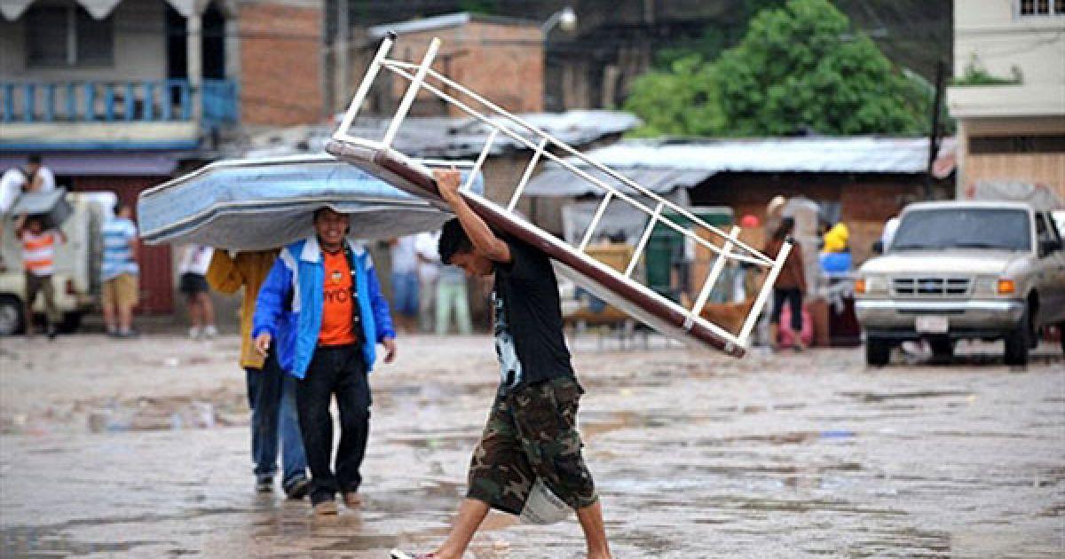 Мешканці рятують свої речі. @ AFP