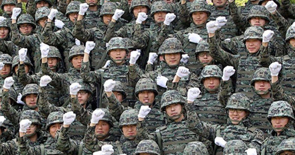 Корея, Інчхон. Південнокорейські солдати на військової бази у Інчхоні. Південна Корея готує контингент для захисту цивільних співробітників, яких направлять до Афганістану для надання допомоги у відновленні зруйнованої війною країни. @ AFP