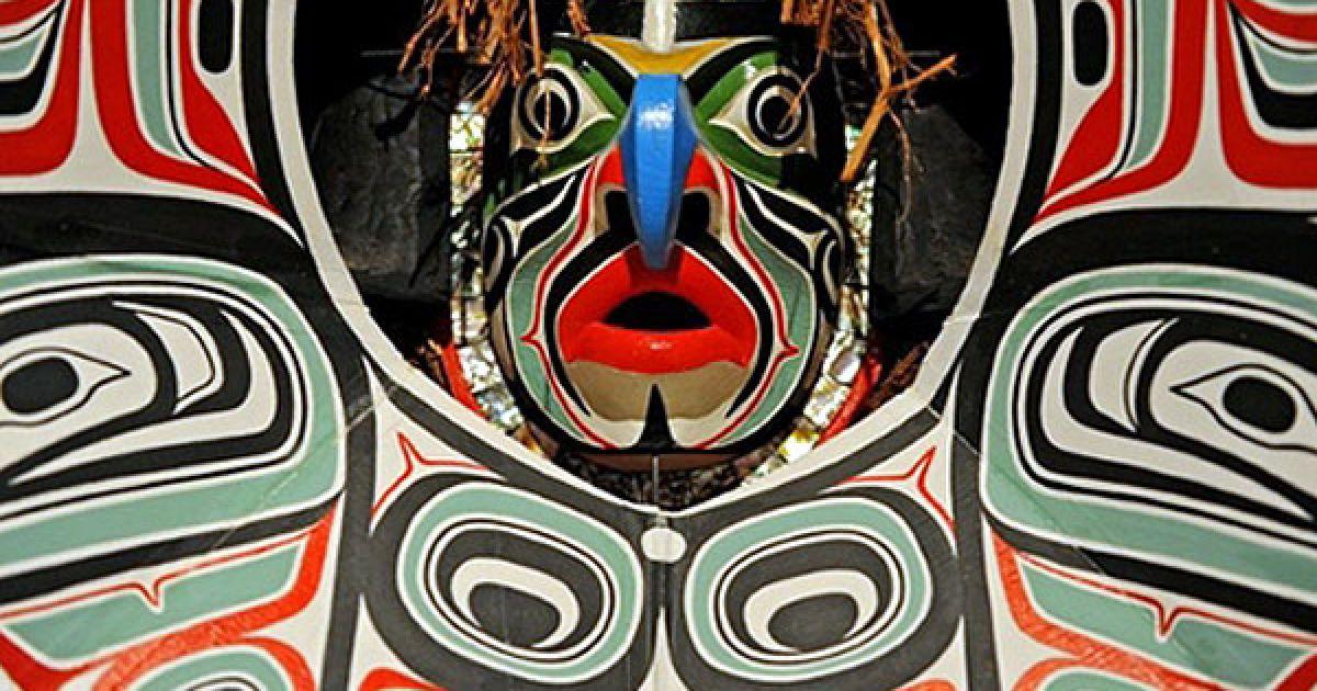 """Австралія, Сідней. Робота канадського художника Бо Діка """"Маска трансформації ворона"""" виставлена на 17-му бієнале сучасного мистецтва, що проходитиме у Сіднеї з 12 травня до 1 серпня. На 17-му сіднейському бієнале представлені більше 440 робіт 166 художників з 36 країн. @ AFP"""