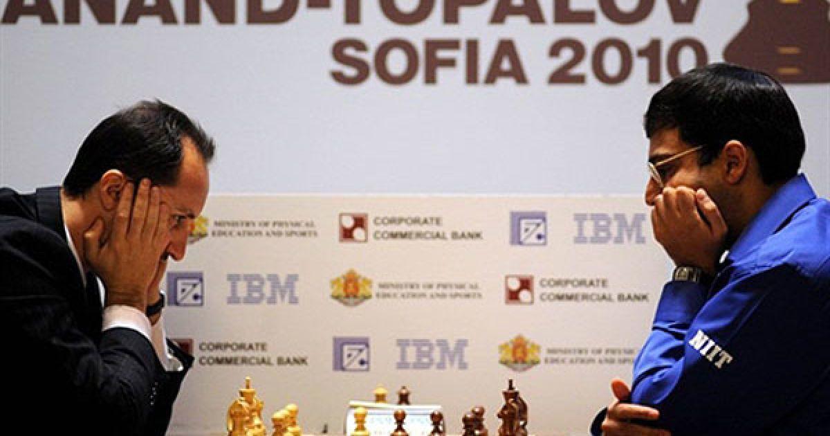 Болгарія, Софія. Чинний чемпіон світу з шахів Вішванатан Ананд (Індія) грає проти свого болгарського суперника, претендента на чемпінський титул, Веселіна Топалова. У Софії проходить чемпіонат світу з шахів FIDE. @ AFP