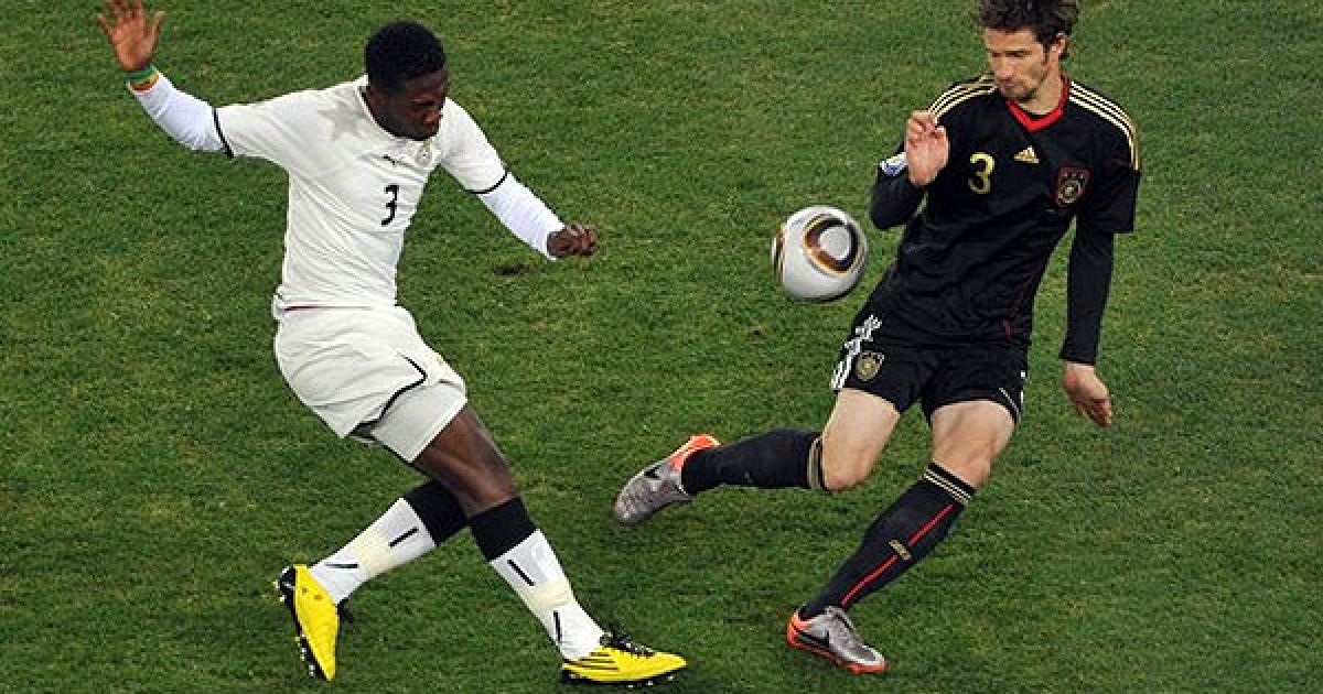Асамоа Гьян і Фрідріх ведуть боротьбу за м'яч @ AFP