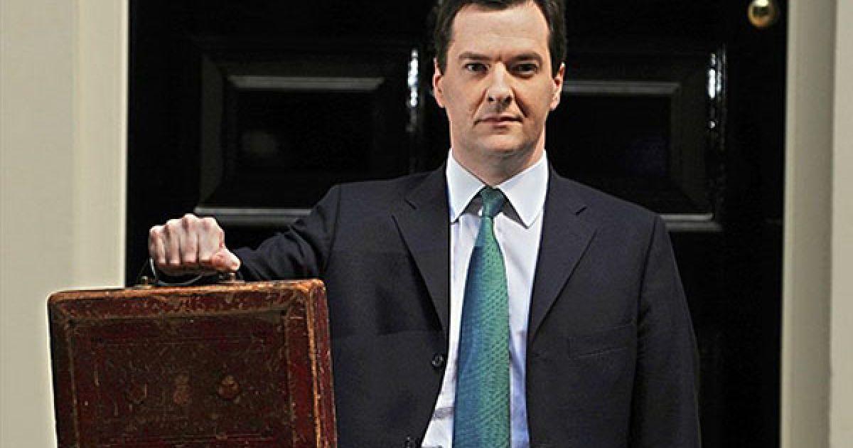 """Великобританія, Лондон. Міністр фінансів Великобританії Джордж Осборн тримає """"червону коробку Гладстона"""", доки він позує для фотографів перед будинком на Даунінг-стріт, 11, у Лондоні. Осборн пообіцяв збалансувати рахунки протягом п'яти років. Під час зустрічі з прем'єр-міністром Девідом Кемероном, Осборн мав оприлюднити бюджет надзвичайної економії. Осборн заявив: """"Мій бюджет є жорстким, але це буде справедливо"""". @ AFP"""