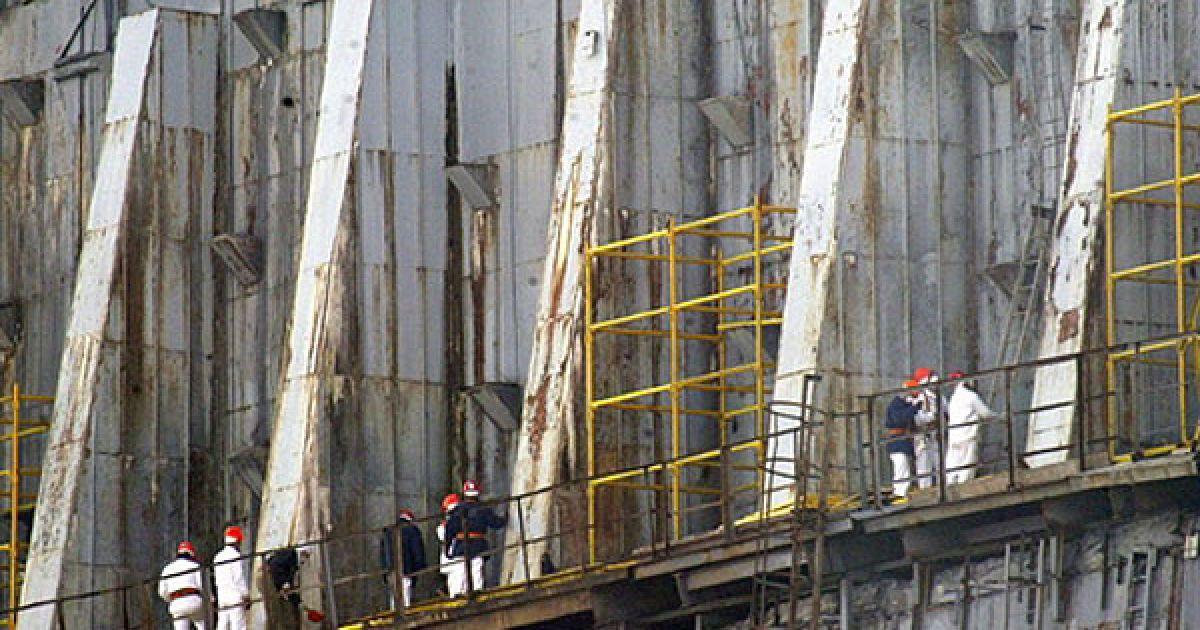 """Працівники ЧАЕС проводять укріплюючі роботи на """"саркофагу"""" навколо четвертого реактора ЧАЕС. @ AFP"""