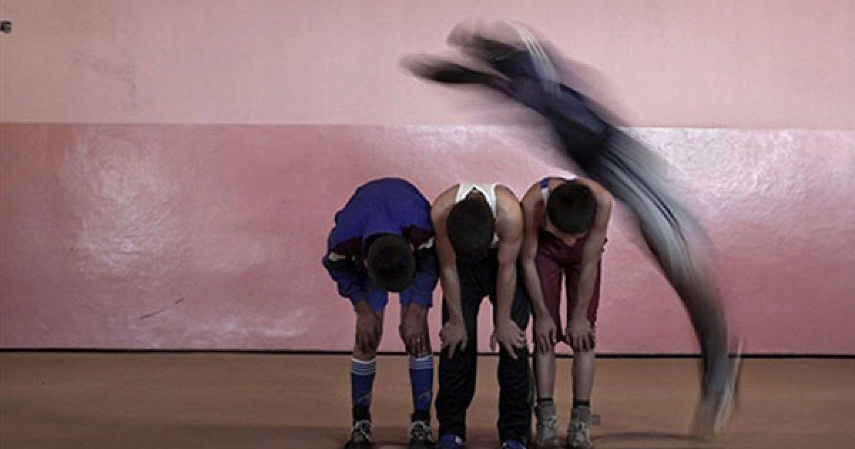 Афганістан, Кабул. Афганські хлопчики беруть участь у тренуванні з боротьби, яке провели для підлітків у віці від 10 до 20 років у Національній олімпійській штаб-квартирі у Кабулі. Афганістан має давні традиції боротьби, які зберіглися, незважаючи на руйнівний вплив війни і конфлікти протягом останніх десяти років. Молодий афганський спортсмен Мохаммад Харес мріє здобути нагороду з греко-римської боротьби на олімпійських іграх 2012 року в Лондоні. @ AFP