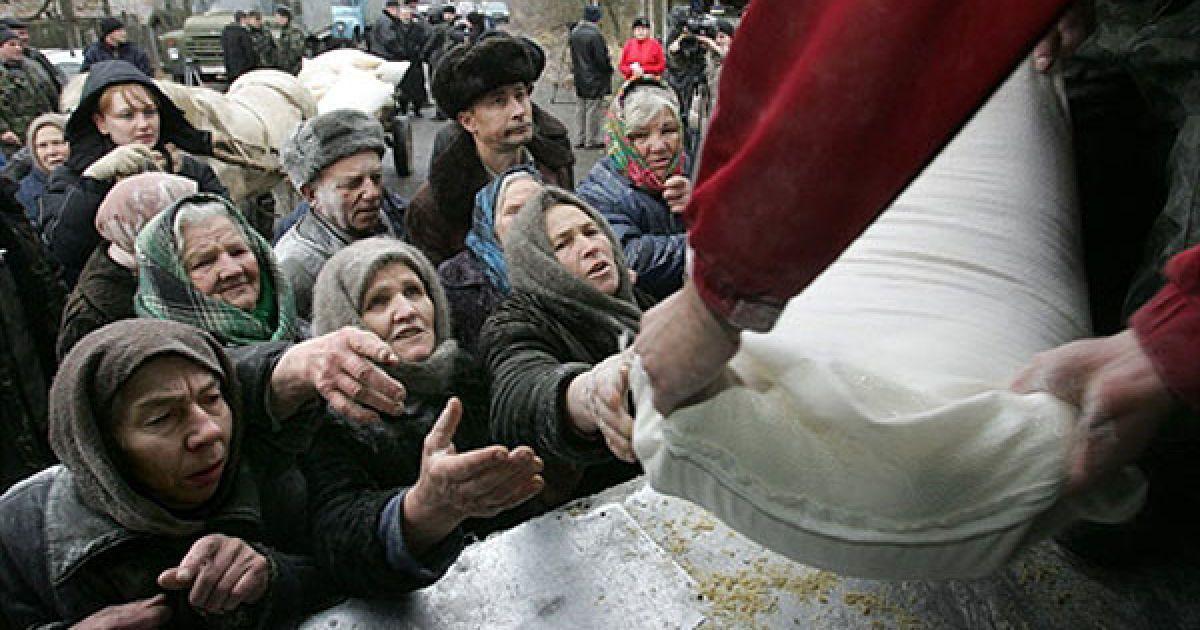 Україна, село Ільїнці, 30-км зона. Мешканці отримують допомогу від МНС України. @ AFP