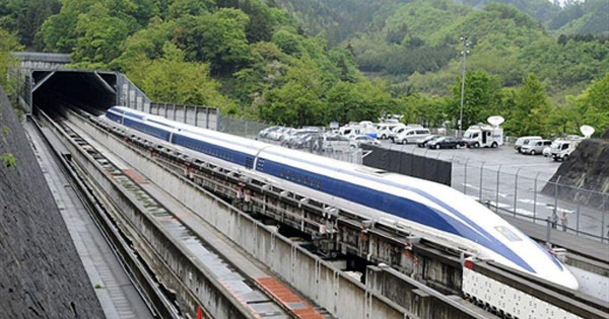 """Японія. На експериментальному треку відбулось випробування супер-швидкісного потягу """"Maglev"""". Міністр транспорту США Рей Лахуд взяв участь у тестовій поїздці """"магнітною залізницею"""", Японія планує заключити зі США договір на поставку надшвидкісних потягів """"Сінкансен"""". @ AFP"""
