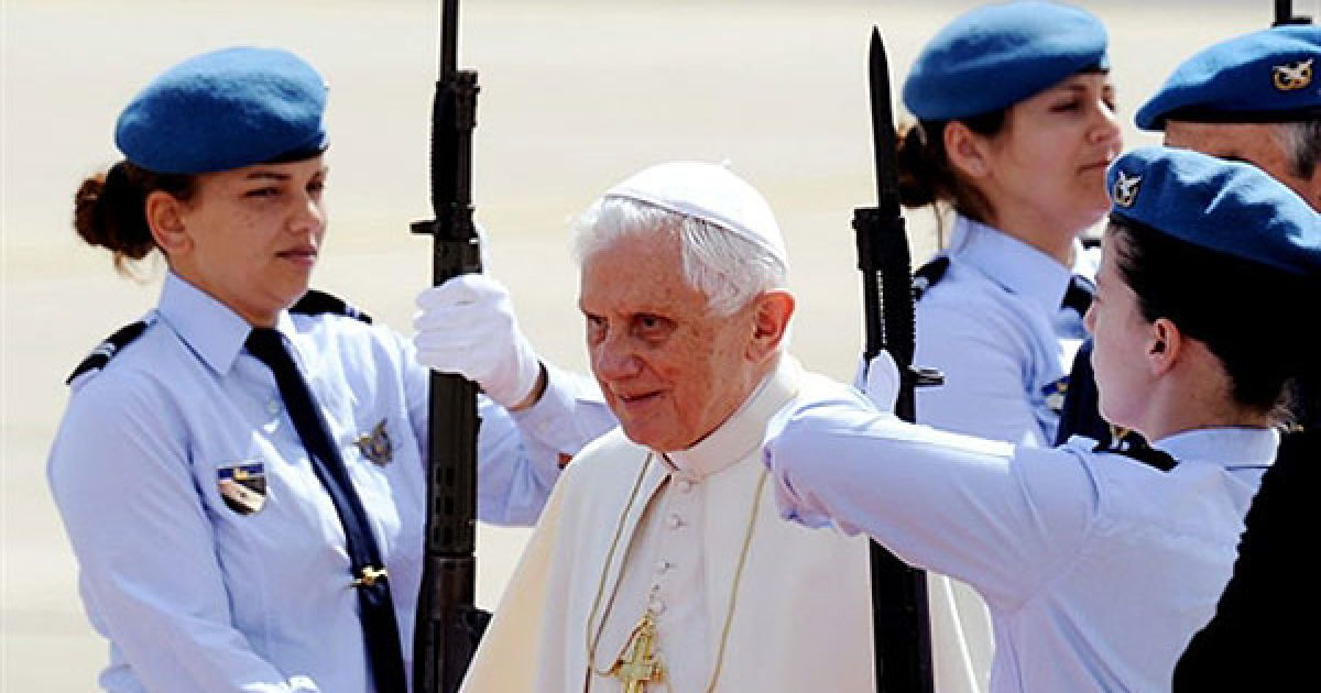 Португалія, Лісабон. Папа Римський Бенедикт XVI проходить повз почесну варту після прибуття до аеропорту Лісабона. Понтифік розпочав 4-денний офіційний візит до Португалії. Під час візиту Бенедикт XVI закликає португальців відстоювати християнські цінності. @ AFP