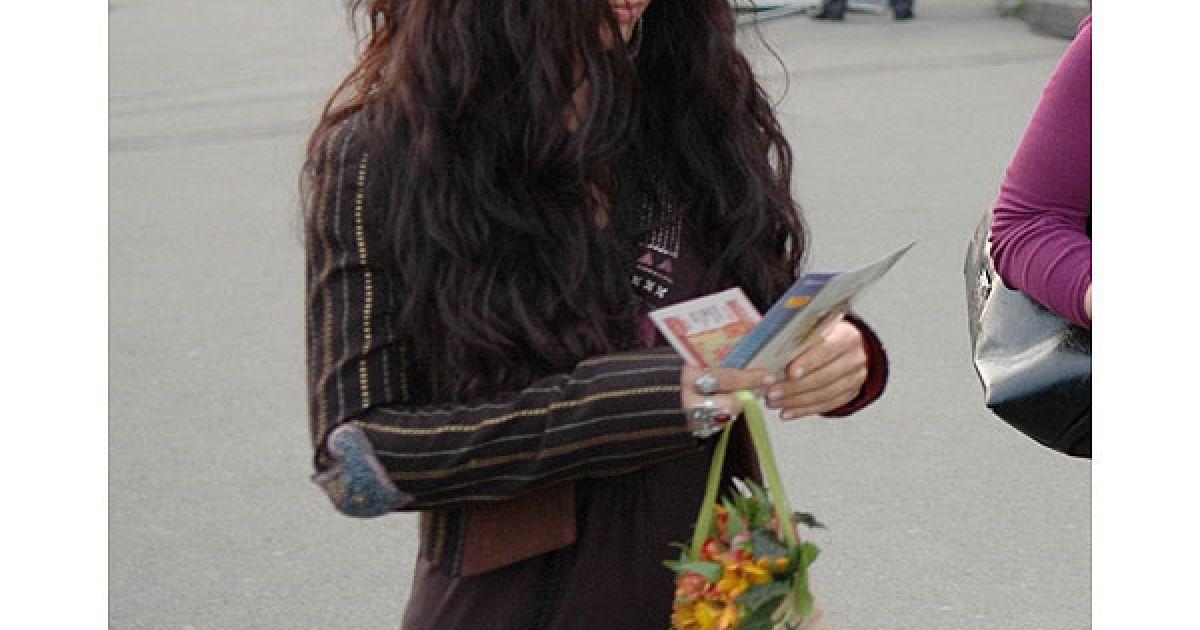 Лама збирала рекламні листівки і складала їх до сумочки. @ Євген Бурляй/ТСН.ua