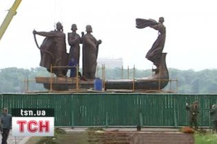 У Києві відновили пам'ятник засновникам міста