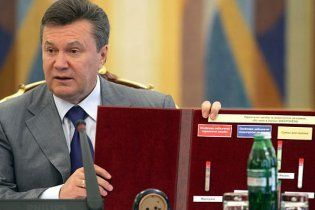 Янукович приніс на нараду кокаїн, який купив в інтернеті