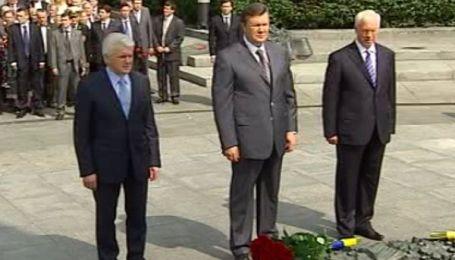 Янукович поклав квіти до Могили Невідомого солдата