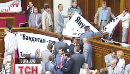 БЮТ заблокировал трибуну парламента