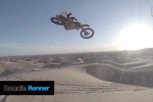 Экстремальный мотогонщик показал высший класс в Сахаре (Видео)