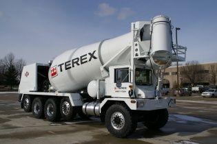 Terex выпустила новый автомиксер с передней разгрузкой