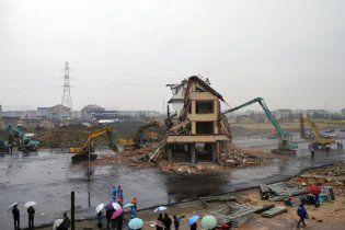 В Китае снесли дом посреди магистрали