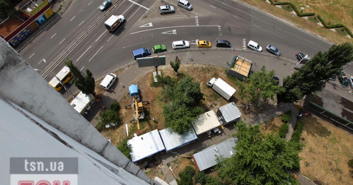 У Києві асфальт провалився відразу у двох місцях @ Євген Малолєтка/ТСН.ua