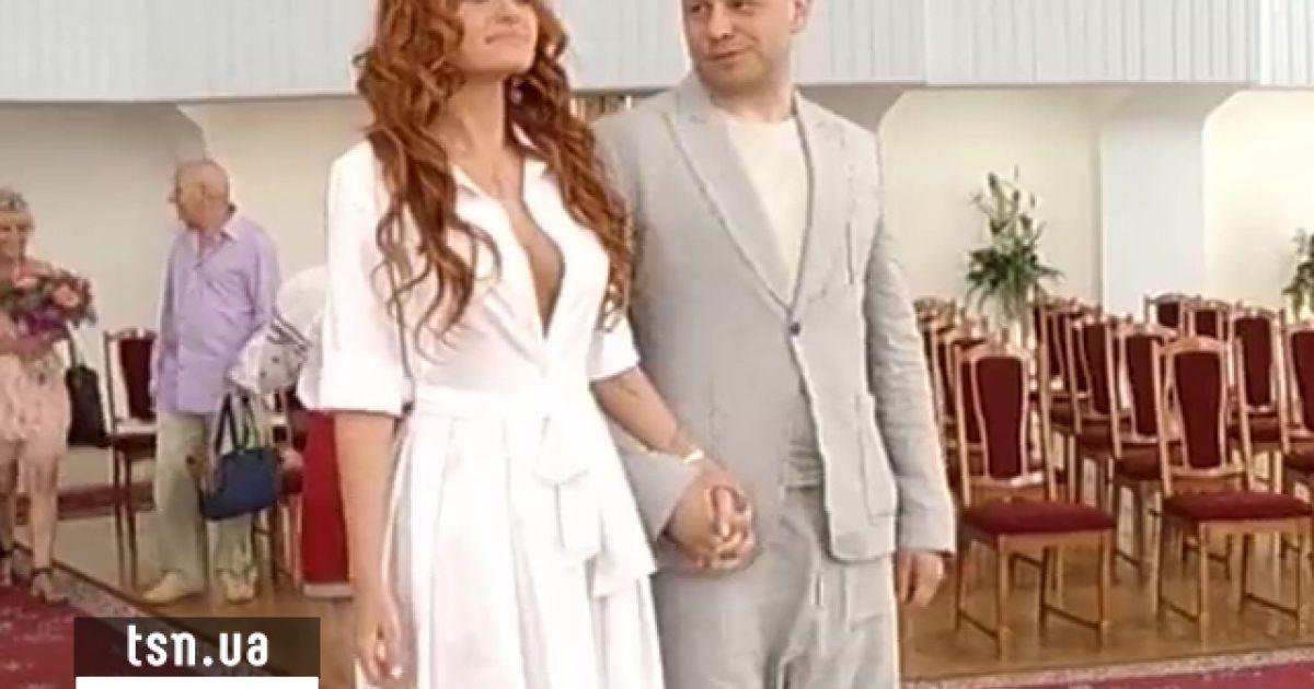 Слава з НеАнгелів з нареченим приїхали в РАГС без паспортів
