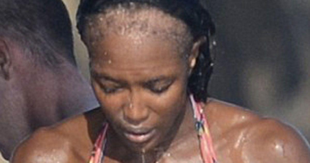 Під час одного з запливів, її перука сповзла з голови