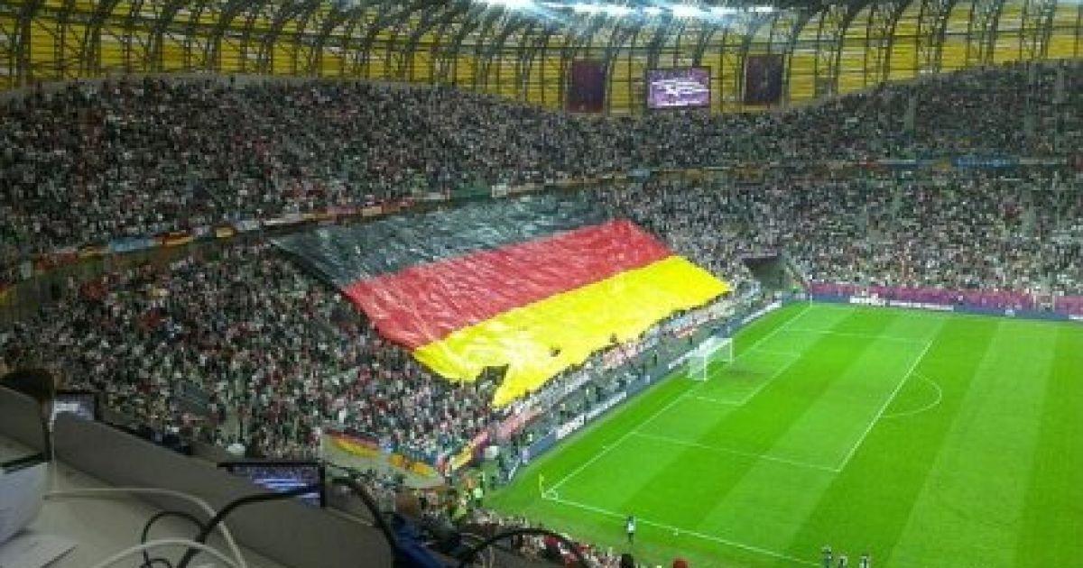 Німецькі вболівальники розгорнули прапор перед матчем @ zczuba.pl