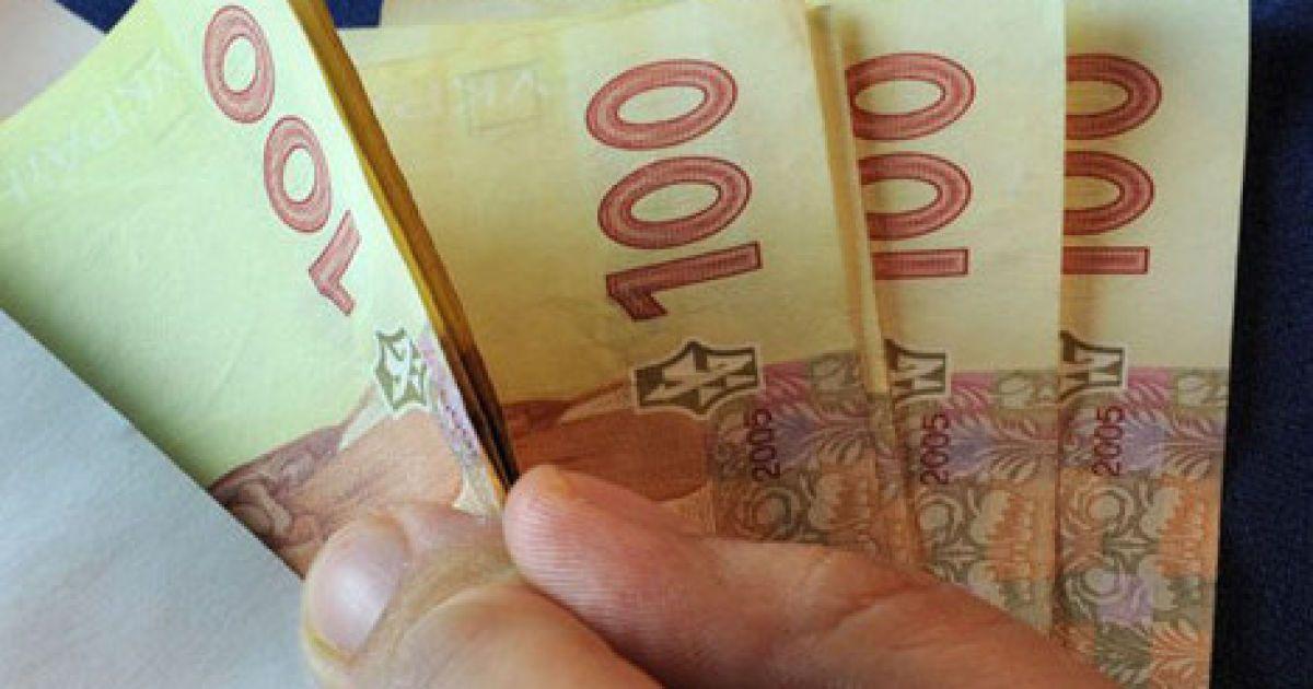 Яценюк рассказал, кому и на сколько с 1 сентября повысят зарплаты и пенсии