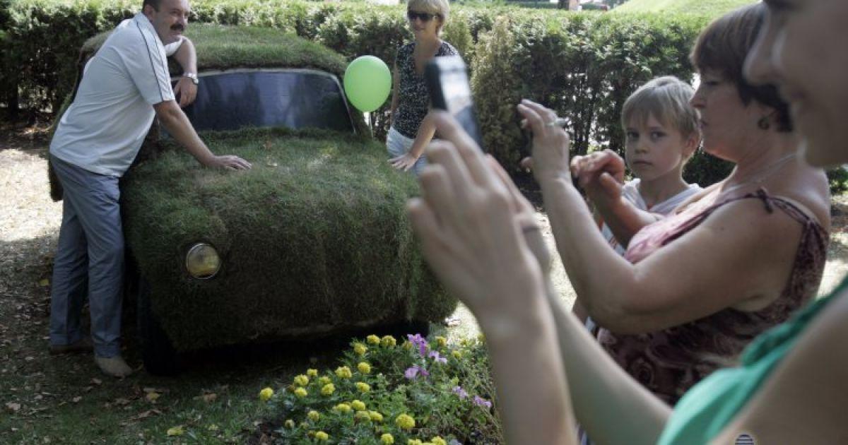 У центрі Києва з'явилися скульптури з трави @ УНІАН