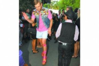 Іван Дорн гуляв Юрмалою в босоніжках на платформі з рожевими стрічками