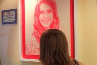 Художниця створює неймовірні портрети своїми поцілунками (фото, відео)