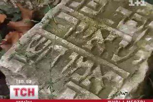 Львівська родина ходить по подвір'ю, вимощеному з єврейських надгробків
