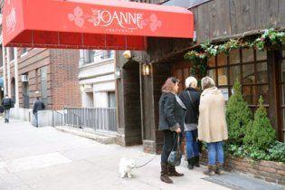 Леди Гага кормит посетителей своего ресторана в антисанитарных условиях