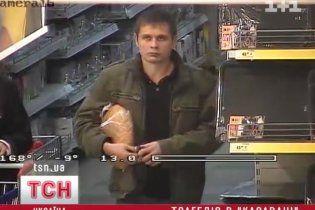 """Киевляне смело идут за покупками в """"Караван"""", где произошло тройное убийство"""