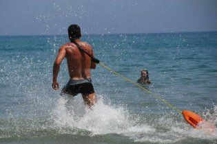 Рятувальника в США звільнили за порятунок потопельника