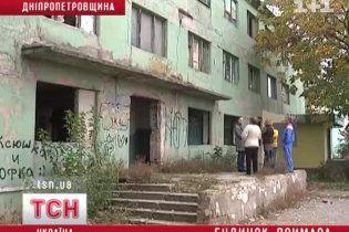"""В """"забытом"""" общежитии жители самостоятельно отбиваются от бомжей и наркоманов"""