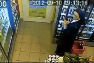 Монашка украла в магазине пиво, спрятав его под рясой (видео)