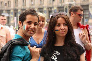 Иностранных фанов в Киеве развлекали клоунами, а теперь учат лепить вареники