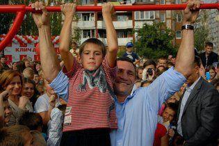 Кличко в Киеве открыл школьный стадион