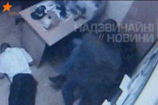 """З'явилося відео кривавої бійні у кімнаті охорони в """"Каравані"""""""